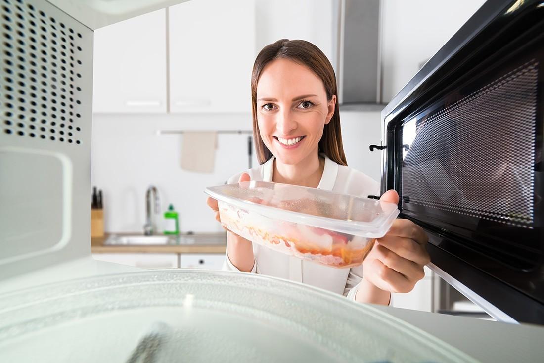 Πλαστικά δοχεία: Πως θα τα χρησιμοποιήσετε σωστά στο φούρνο μικροκυμάτων