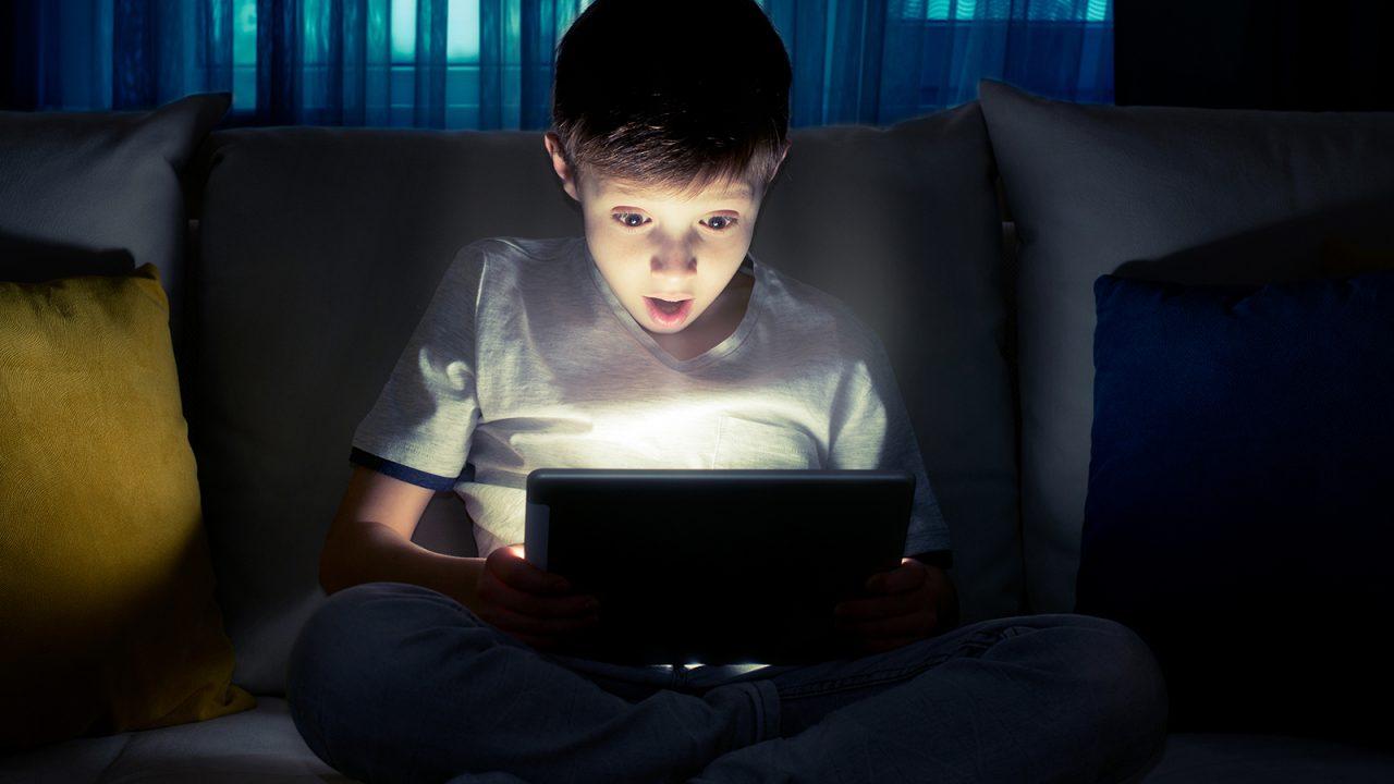 Οθόνες: Με ποιο τρόπο επηρεάζουν την προσοχή του παιδιού