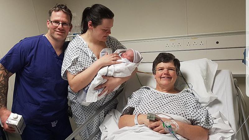 Η γιαγιά που γέννησε το εγγόνι της για χάρη της κόρης της