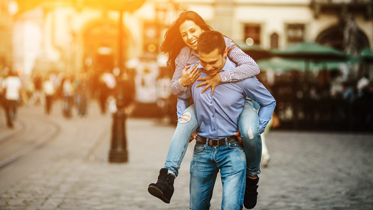Πρόσωπο ή σώμα: Τι κοιτάμε όταν επιλέγουμε σύντροφο