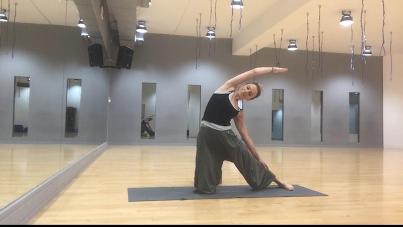 Έξι ασκήσεις γιόγκα που θα ανακουφίσουν τους ώμους και την πλάτη