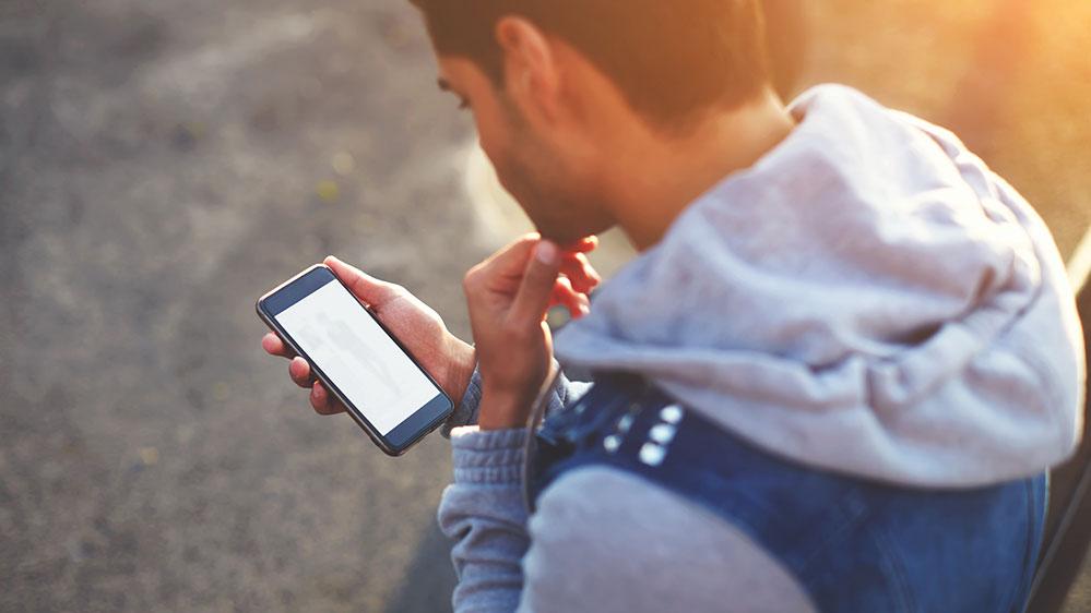 Εθισμένος ο ένας στους τέσσερις νέους στο κινητό