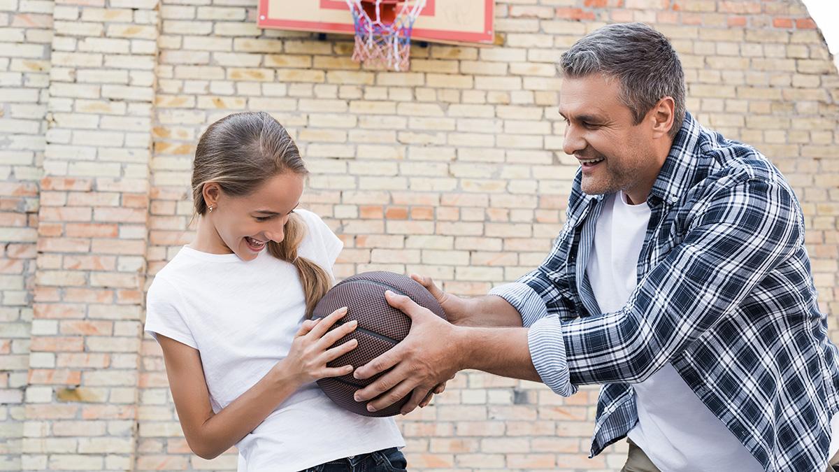 Γιατί οι άνδρες δεν κουράζονται τόσο όταν φροντίζουν τα παιδιά τους