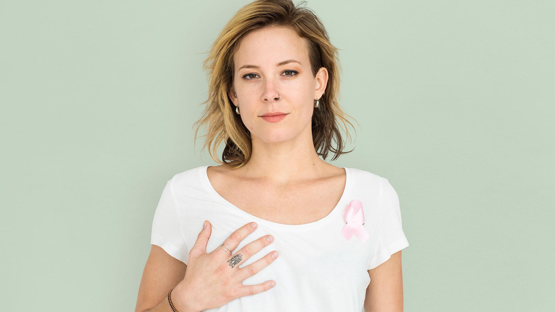 κοπέλα που συμμετέχει στην καμπάνια ενημέρωσης για τον καρκίνο του μαστού