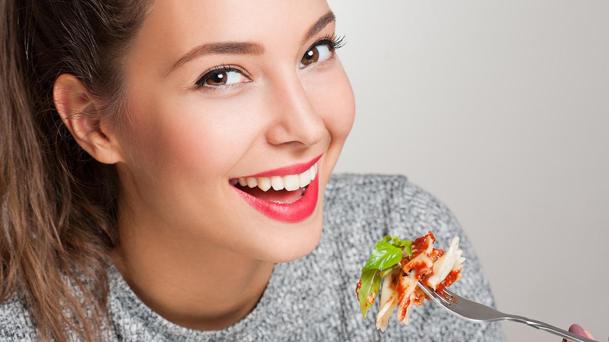 Οι καλές και υγιεινές τροφές που «χαλάνε» τα δόντια