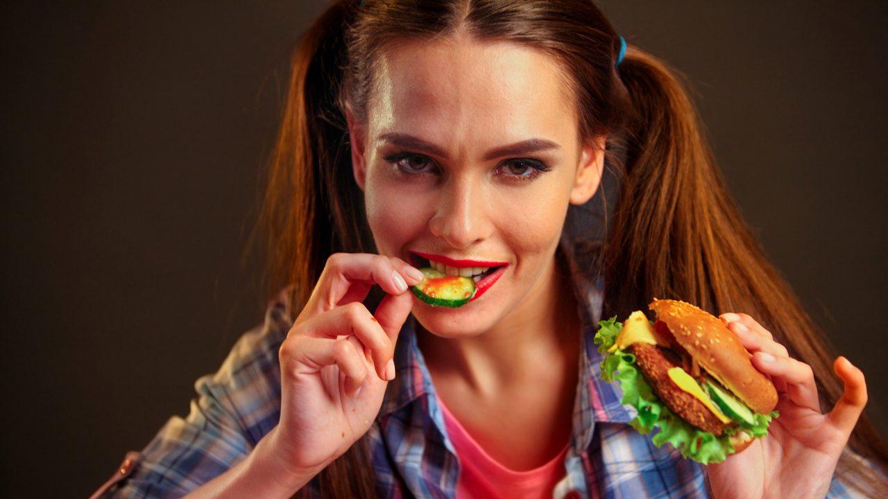 Όσο περισσότερο junk food τρώνε οι έφηβοι τόσο αυξάνεται αυτός ο κίνδυνος για την υγεία τους