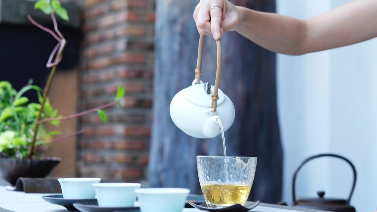 Να γιατί πρέπει να ρίξετε οπωσδήποτε ένα παγάκι στο καυτό τσάι πριν το πιείτε