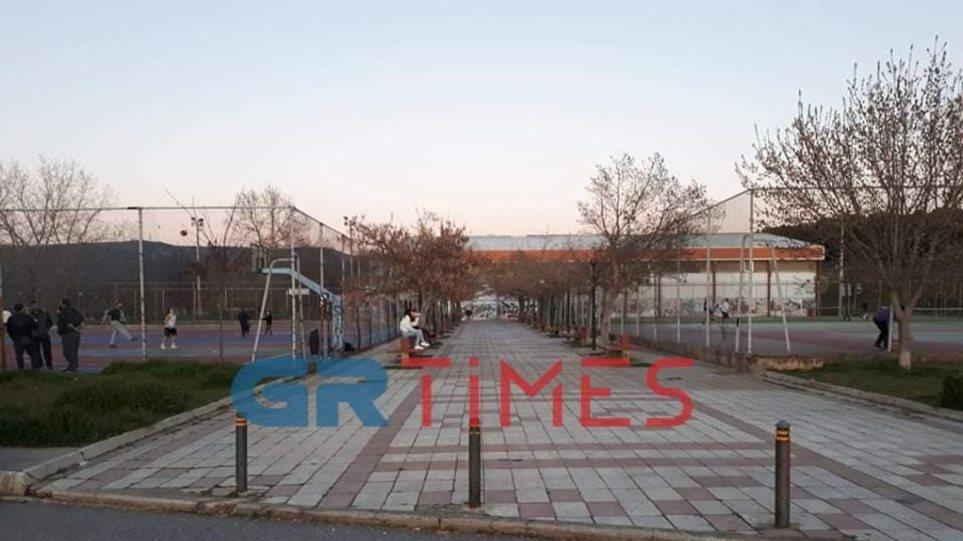Κορωνοϊός: Κάνουν βόλτες και παίζουν ποδόσφαιρο οι Θεσσαλονικείς