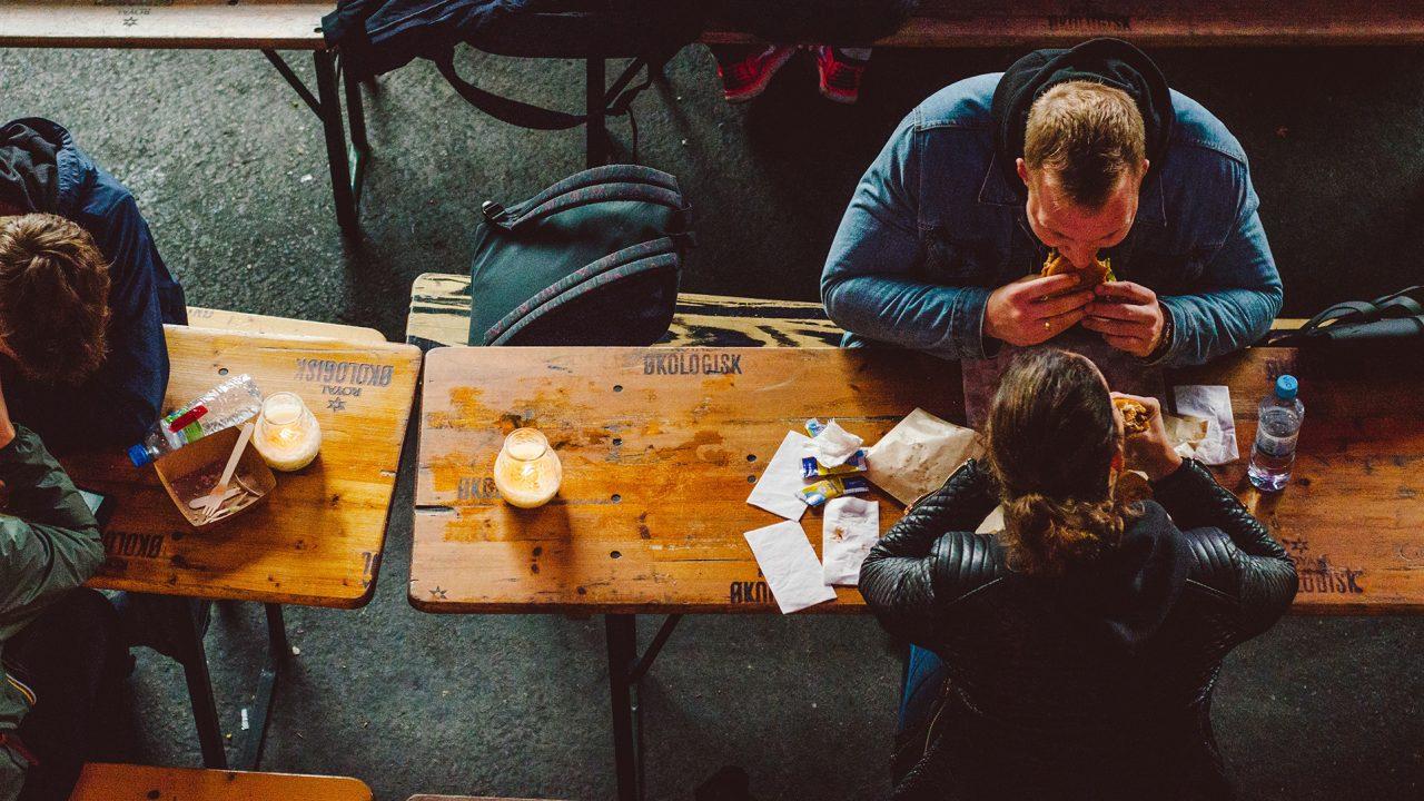 Μόνοι ή με παρέα: Πότε τρώμε περισσότερο