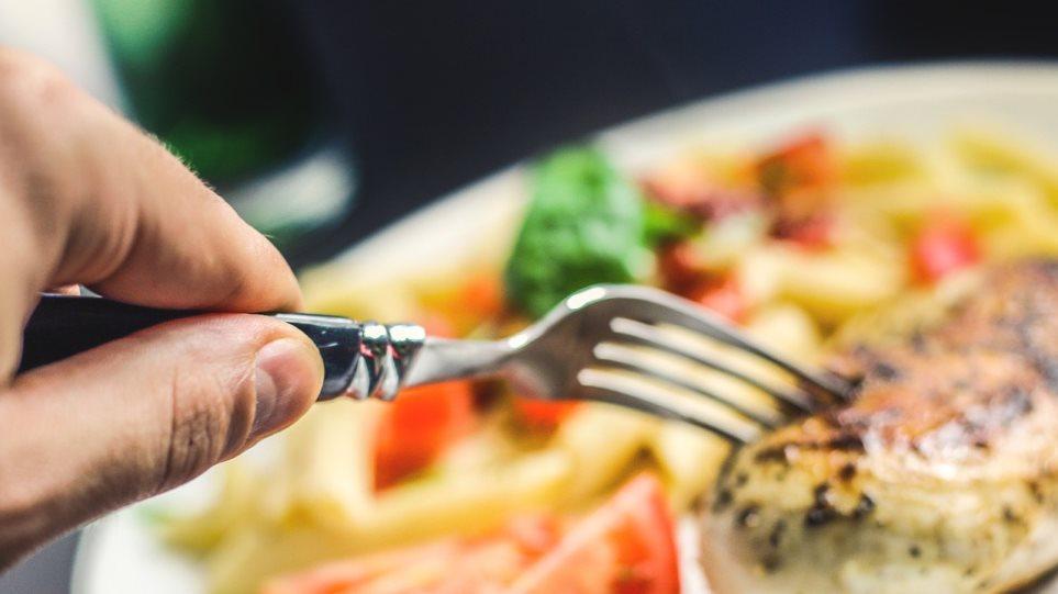 Κορωνοϊός: Δεν φαίνεται να μεταδίδεται από την κατάποση τροφίμων, λέει καθηγήτρια μικροβιολογίας