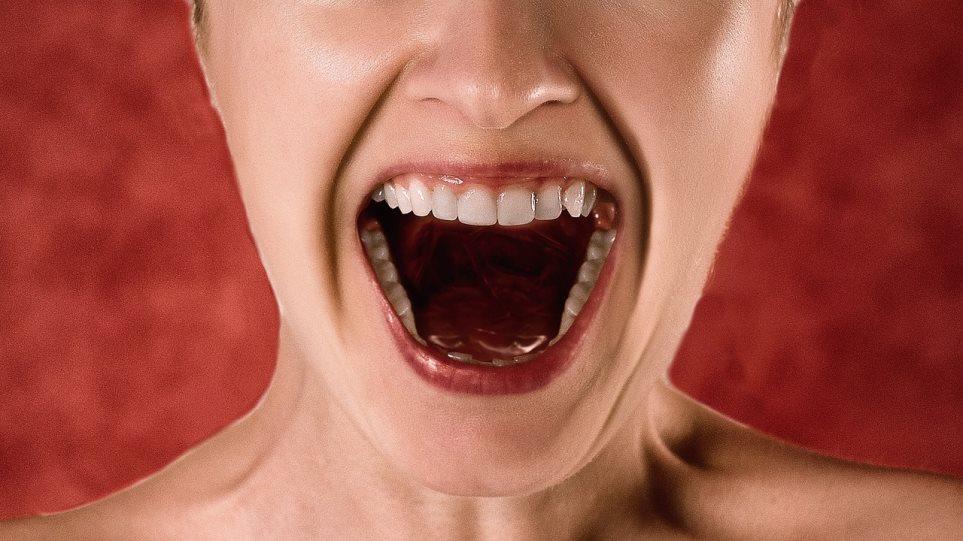 Ο κορωνοϊός μπορεί να παραμείνει έως και 14 λεπτά στον αέρα όταν μιλάμε δυνατά, δείχνει έρευνα