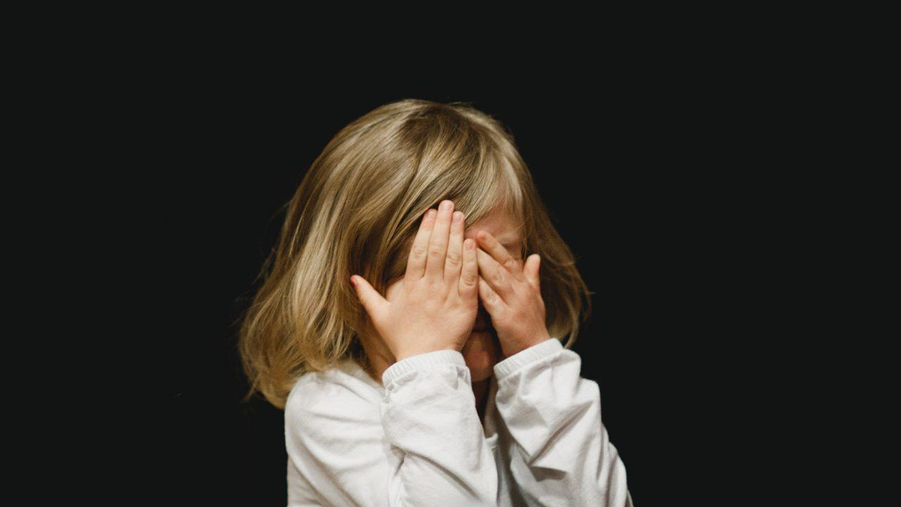 Γονείς σε ερωτικές στιγμές: 4 τρόποι να αντιδράσετε σωστά όταν το παιδί σας δει