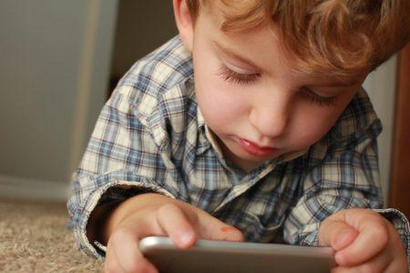 Γονείς, ξέρετε πόσο χρόνο ξοδεύει ένα τρίχρονο μπροστά στο smartphone;