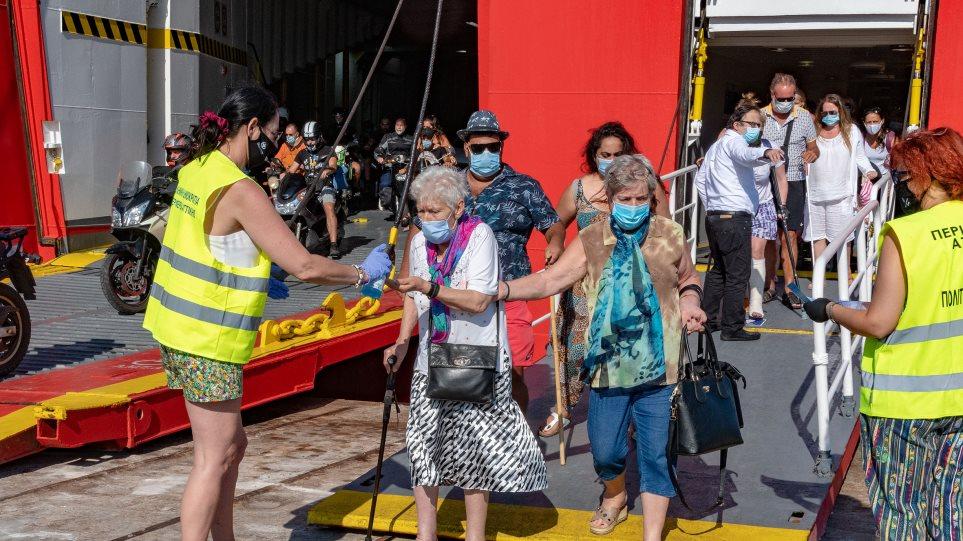 Κορωνοϊός – Περιφέρεια Αττικής: Πάνω από 400 έλεγχοι σε εκδρομείς και λιμενικούς στο λιμάνι του Πειραιά