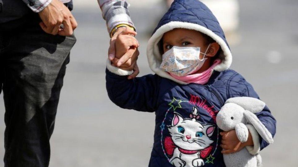 Τα παιδιά μπορούν να έχουν αντισώματα κορωνοϊού και ταυτόχρονα τον ιό στον οργανισμό τους, λέει νέα έρευνα