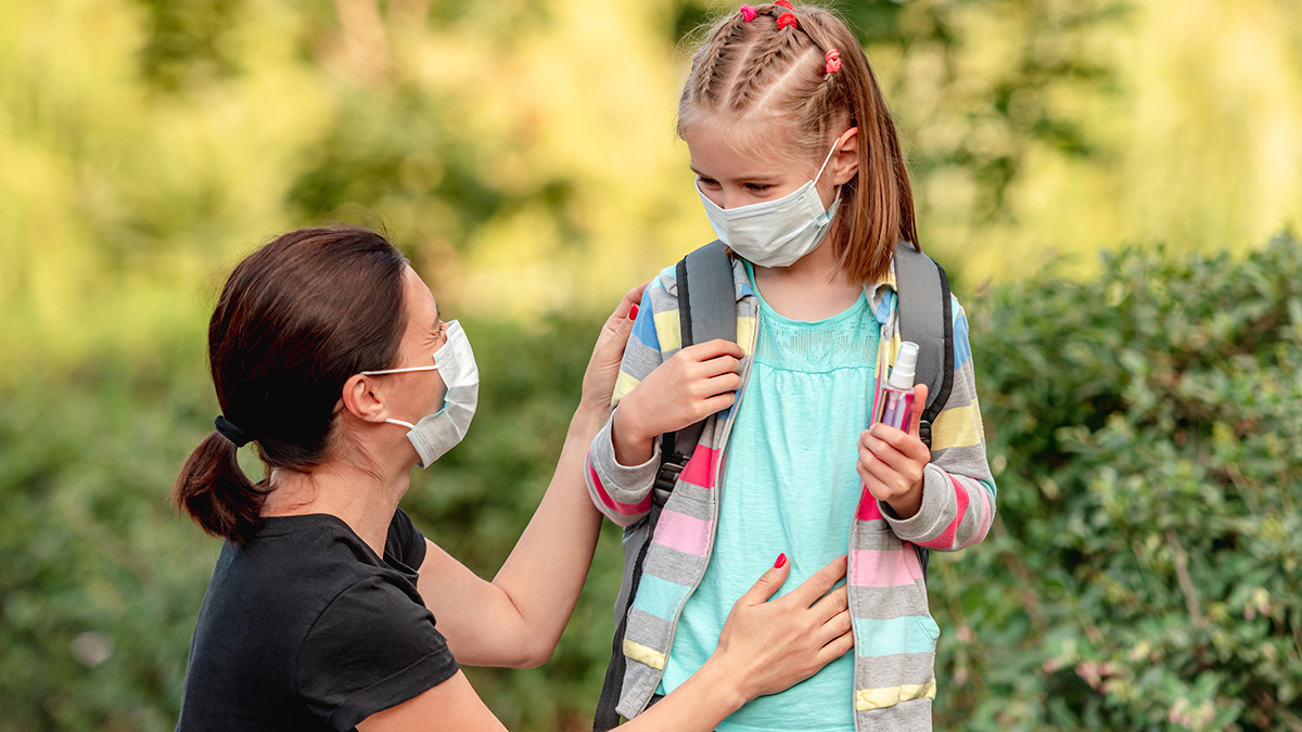 Γονείς: 15 tips για να πείσετε το παιδί να φοράει μάσκα στο σχολείο