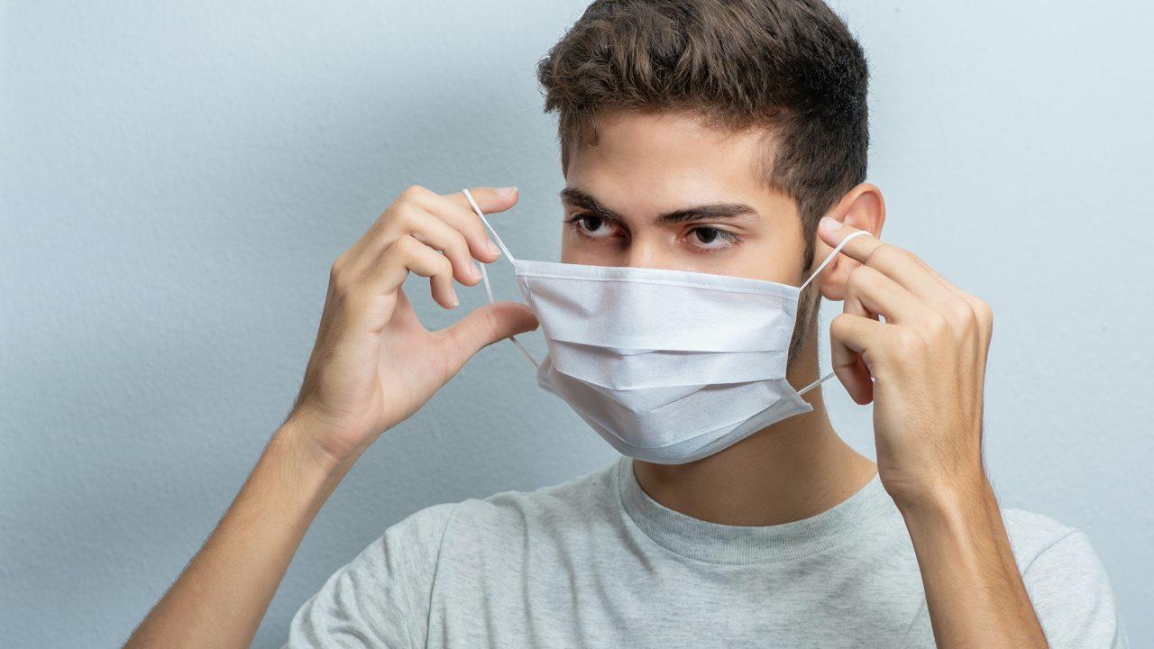 Κορωνοϊός – Μάσκα: Ποιο υλικό εγκλωβίζει καλύτερα τον ιό όταν βήχουμε