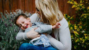 Ανησυχείτε αν είστε καλός γονιός; Δείτε επτά πράγματα που κάνουν οι στοργικοί γονείς