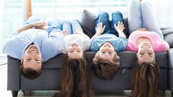 Freeze Dance και άλλα τέσσερα παιχνίδια στο σπίτι που γυμνάζουν γονείς και παιδιά