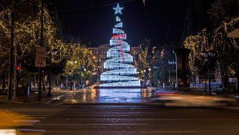 Ο κορωνοϊός «χτυπά» και το χριστουγεννιάτικο ρεβεγιόν: Χωρίς οικογένεια και πάρτι οι φετινές γιορτές
