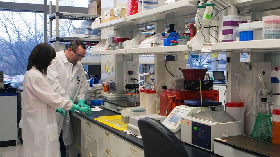 Όλα όσα ξέρουμε μέχρι στιγμής για τη μετάλλαξη – Ποιους «προτιμά», τι θα γίνει με τα εμβόλια