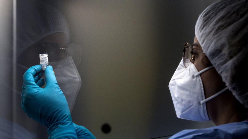 Νοσηλευτής στις ΗΠΑ βρέθηκε θετικός στον κορωνοϊό 8 μέρες αφού έκανε το εμβόλιο της Pfizer