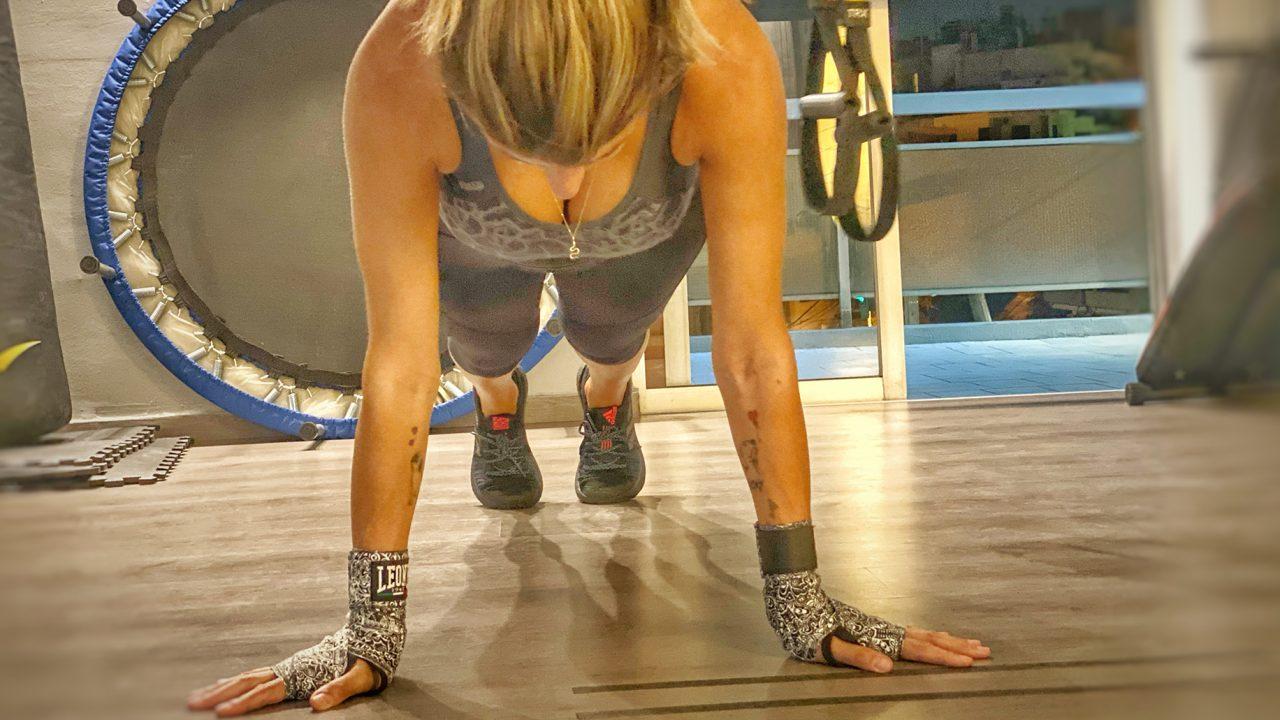 Το workout των 10′ που δυναμώνει και συσφίγγει τους μύες