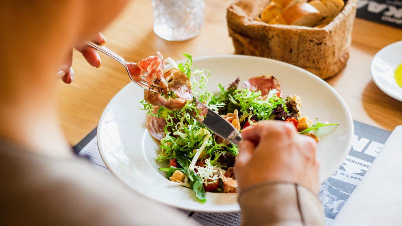 Οι τροφές που ξανανιώνουν το μυαλό – Πώς θα «σβήσετε» 5,8 χρόνια