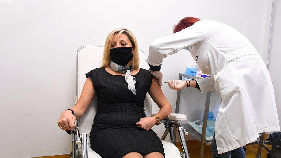 «Σκυτάλη» στον γενικό πληθυσμό δίνουν οι υγειονομικοί – Πώς θα συνεχιστούν οι εμβολιασμοί