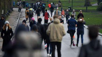 Συναγερμός στη Βρετανία: Κοσμοσυρροή στους δρόμους μετά το δραματικό μήνυμα Τζόνσον