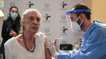 Ανοίγει η πλατφόρμα εμβολιασμού για τους 80ρηδες – Ποιοι παίρνουν μετά σειρά να σηκώσουν τα μανίκια