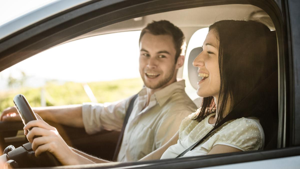 Απίστευτο: Μόνο έτσι προσέχουν στην οδήγηση οι νέοι