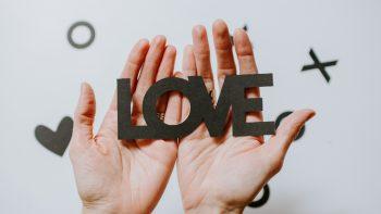 Σχέσεις: Γιατί δυσκολευόμαστε τόσο να εισπράξουμε την αγάπη των άλλων