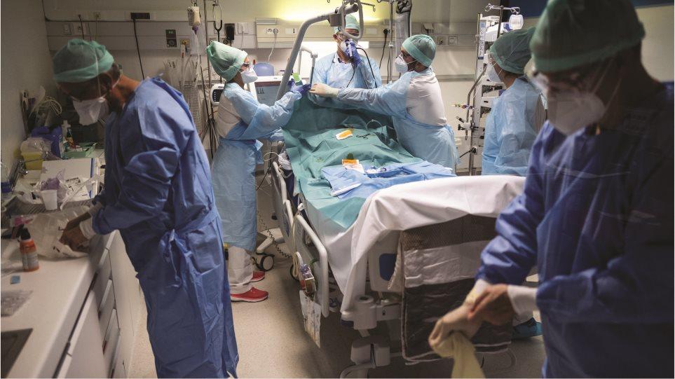 Κορωνοϊός: Στην «εντατική» το ΕΣΥ – Με δύο κλίνες κενές εφημερεύουν τα νοσοκομεία της Αττικής