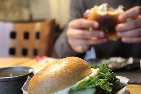 Παχαίνει περισσότερο το κρύο ή το ζεστό φαγητό;  – Ποια θερμοκρασία «σώζει» το βάρος