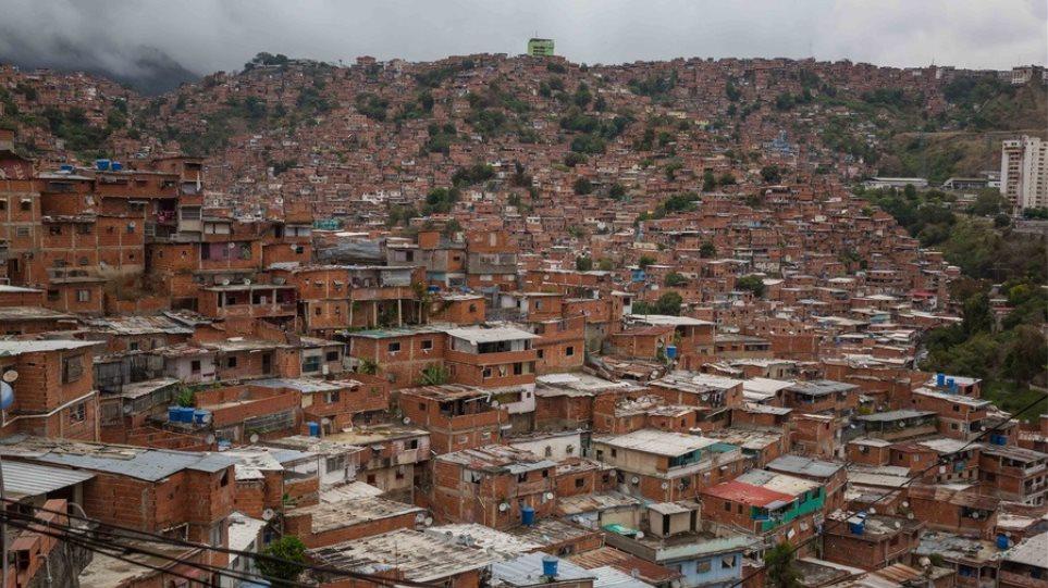 Βενεζουέλα: Δήμαρχος τοποθετεί προειδοποιητικές πινακίδες στα σπίτια των ασθενών με Covid-19!
