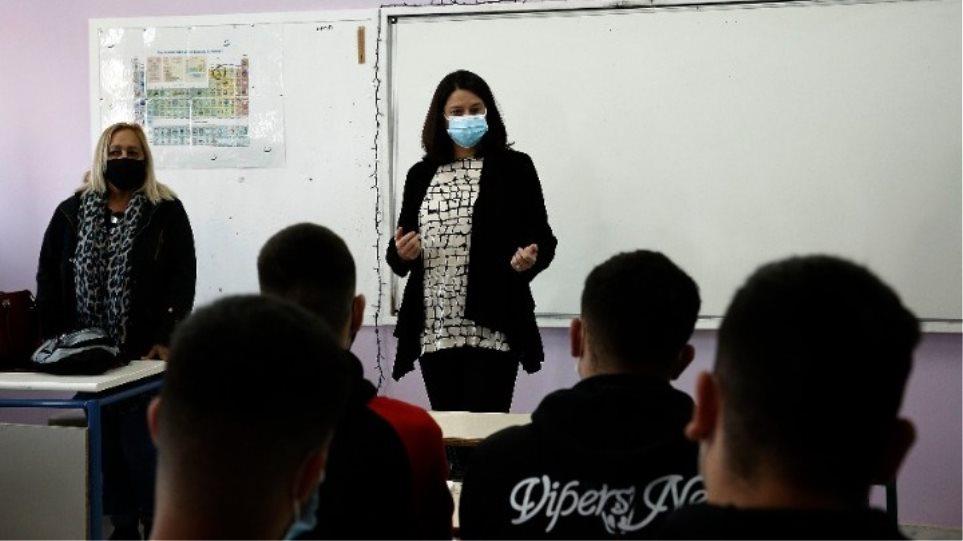 Κεραμέως: «Σύμμαχος ο καλός καιρός, τα self tests και ο εμβολιασμός των εκπαιδευτικών που προχωράει»