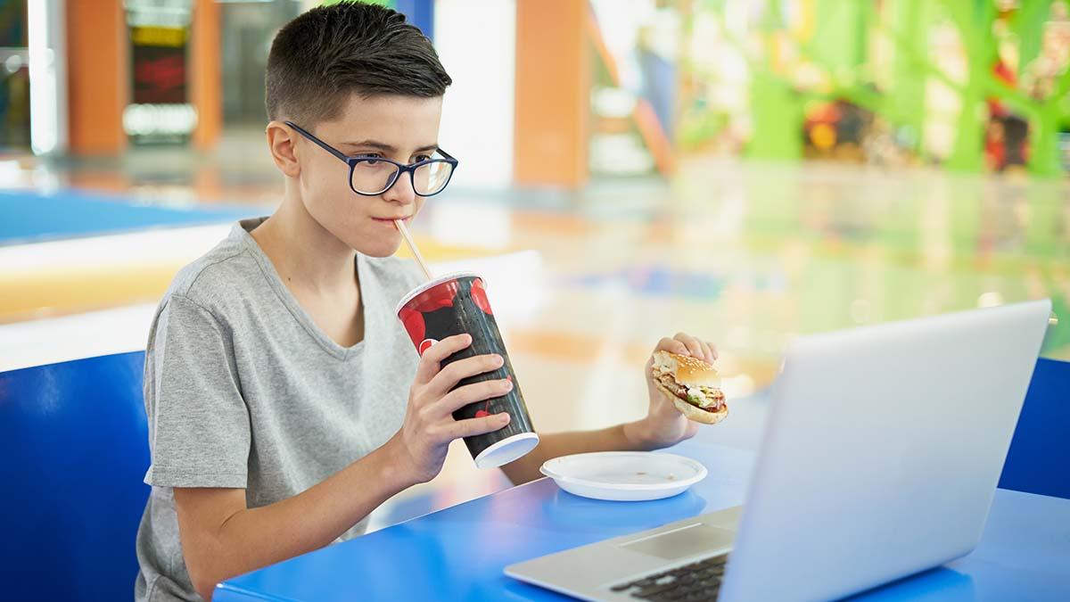 Να τι τρώνε τα παιδιά μπροστά στον υπολογιστή
