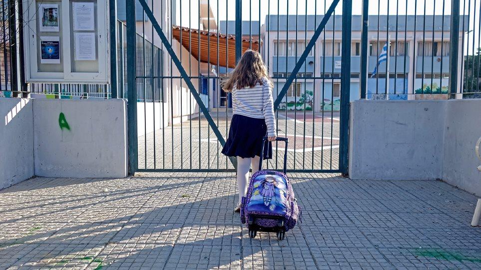 Ανοίγουν τη Δευτέρα τα σχολεία: Αναλυτικά τα μέτρα που θα ισχύουν – Τι θα γίνει με τα self test