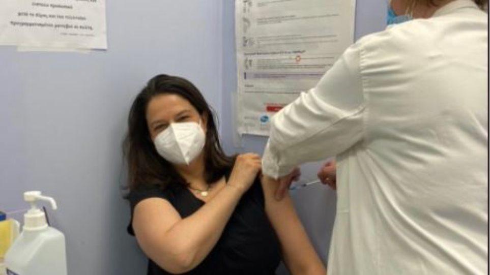 Εμβολιάστηκε η Κεραμέως: Eυγνωμοσύνη στους επιστήμονες και στους υγειονομικούς μας