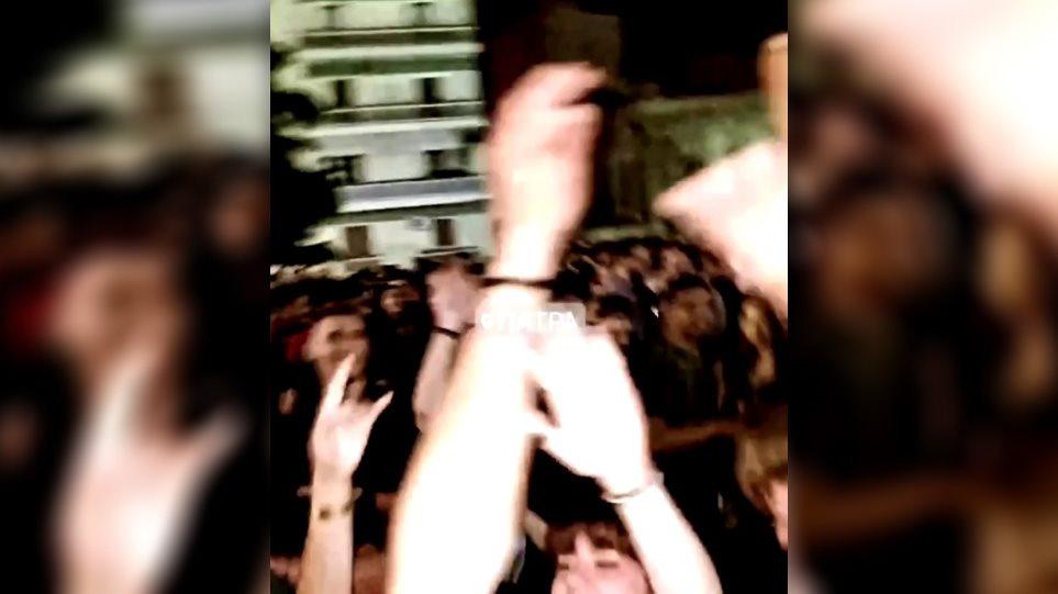 «Κορωνοπάρτι» με εκατοντάδες άτομα στην Πάτρα – Χάος στους δρόμους της πόλης – Δείτε βίντεο