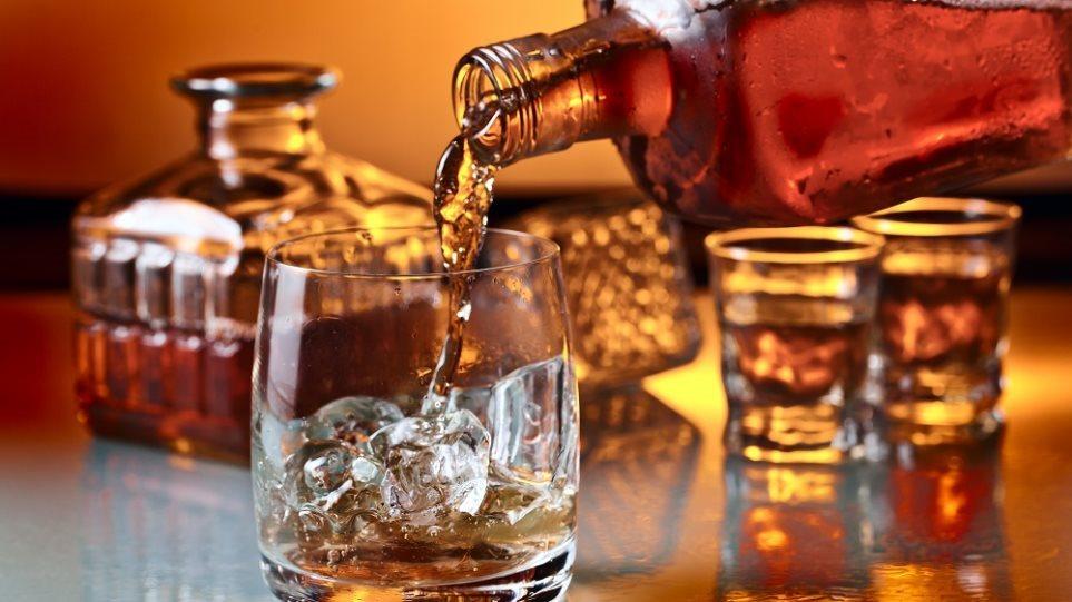 Σε ποια ποσότητα το αλκοόλ βλάπτει τον εγκέφαλο – Ποιοι διατρέχουν μεγαλύτερο κίνδυνο