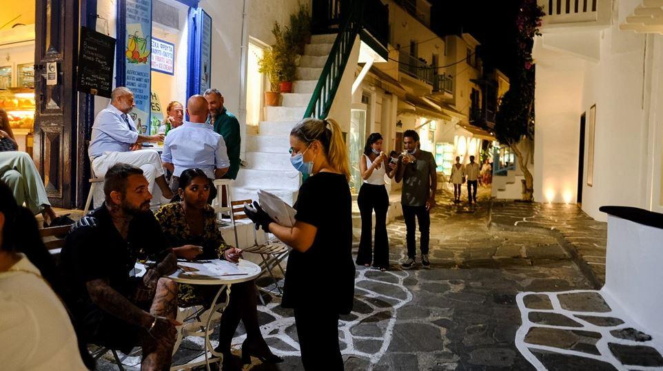 «Μοντέλο Μυκόνου» και σε Πάρο, Ίο, Σαντορίνη, Κρήτη; – Ποια νέα οριζόντια μέτρα έρχονται στον τουρισμό
