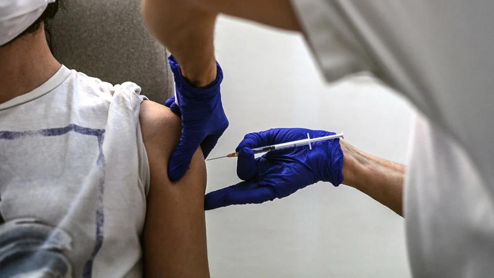 Υποχρεωτική η επίδειξη του πιστοποιητικού εμβολιασμού από τους εργαζομένους σε ιδιωτικό – δημόσιο τομέα