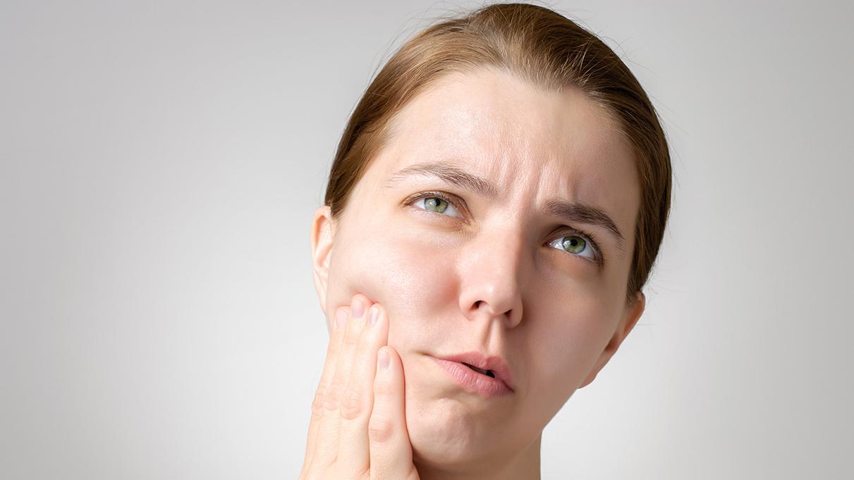 Κορωνοϊός – Εμβόλιο: Η απροσδόκητη και τρομακτική παρενέργεια που αποτυπώνεται στο πρόσωπο