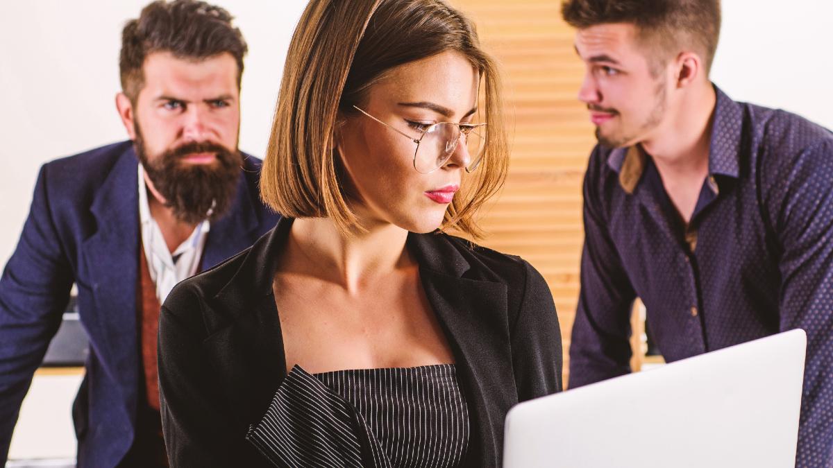 Σχέσεις: Τι σκέφτονται πραγματικά οι άνδρες για τις έξυπνες γυναίκες