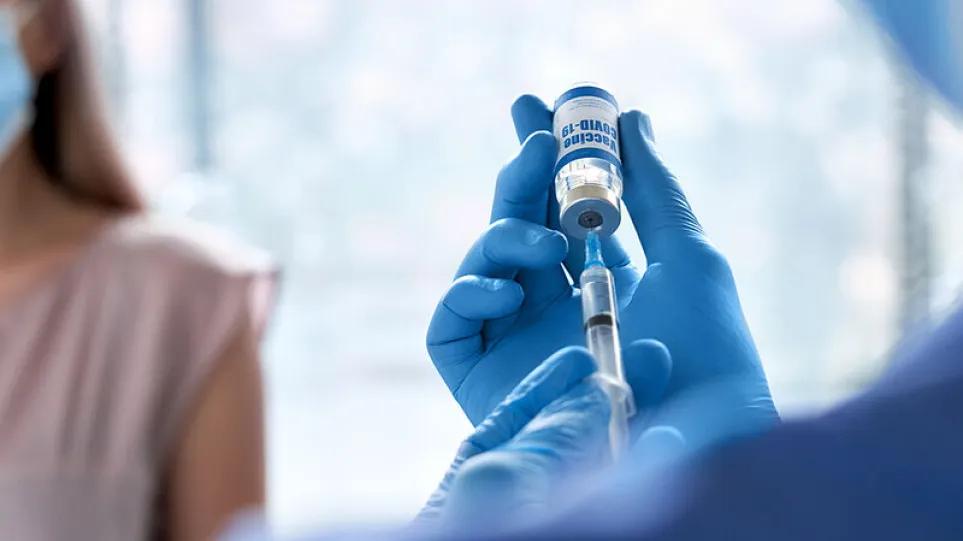 Pfizer – Moderna: Η προστασία των εμβολίων κατά του κορωνοϊού εξασθενεί με τον χρόνο