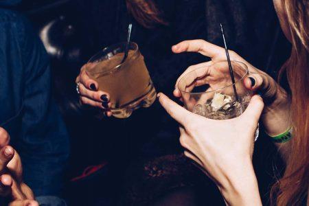 Αλκοολισμός: Ο απρόσμενος παράγοντας που μειώνει τον κίνδυνο