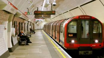 Λονδίνο: Δεν κρατιούνται για να μην κολλήσουν κορωνοϊό και πέφτουν από τις σκάλες του μετρό